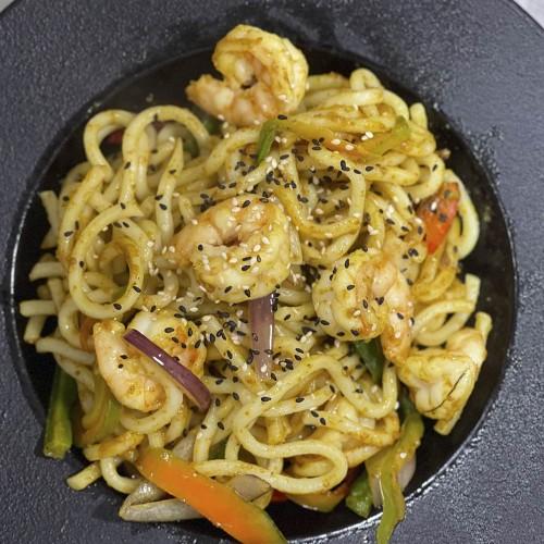 Udon: salteado con marisco y salsa de curry