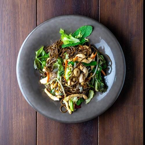 Yakisoba: con pollo y yasai en salsa teriyaki